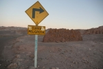 entrance to Valle de la Luna; Lithuanians are allowed to laugh here: curva - you know, peligroso - dangerous